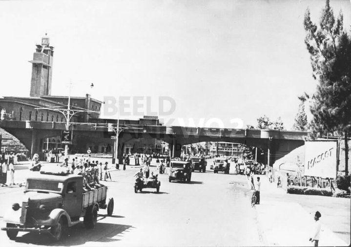 1942: Bala tentara Dai nippon berparade masuk  kota Surabaya yang telah takluk. Saat itu Belanda sudah menyerah tanpa syarat dan Jepang menyerbu kota Surabaya dari arah Selatan (Porong), bukan menyerang Surabaya dari arah Utara (Tanjung Perak). Foto berada di Viaduct Jl. Pahlawan.