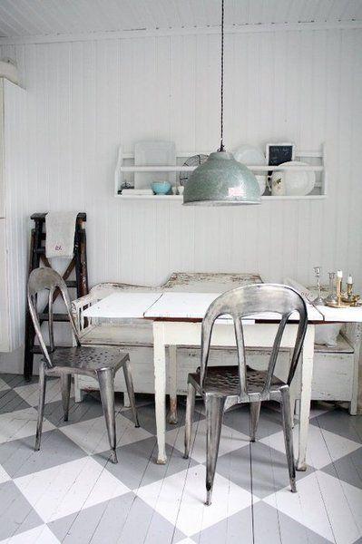 cuisine - kitchen - blanc / gris - meuble peint chaise industrielle - plafonnier - parquet peint damier clair - painted furniture and wood floor - light checkboard - industrial chair - white / grey