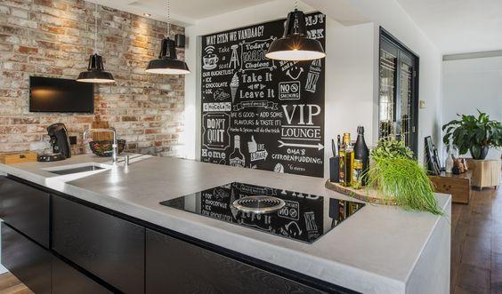 Stenen muur in combinatie met een strak afgewerkt kookeiland en aanvullend krijtbord als eyecather #kookeiland #design #wand