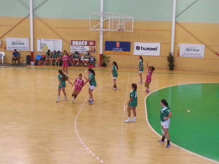 El Rocasa cadete femenino disputa un partido amistoso contra el Villa de Ingenio en la semana víspera del arranque liguero.