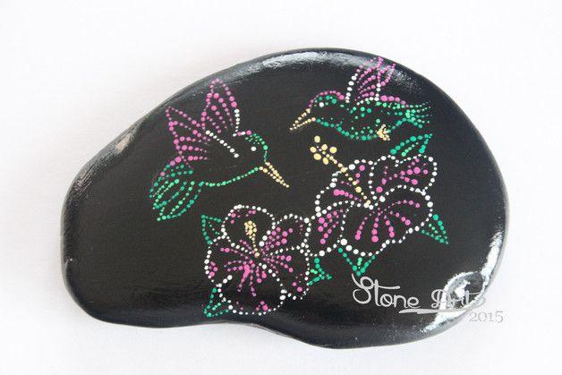 http://de.dawanda.com/product/84794507-handbemalte-mandala-steine-dot-painting---kolibri