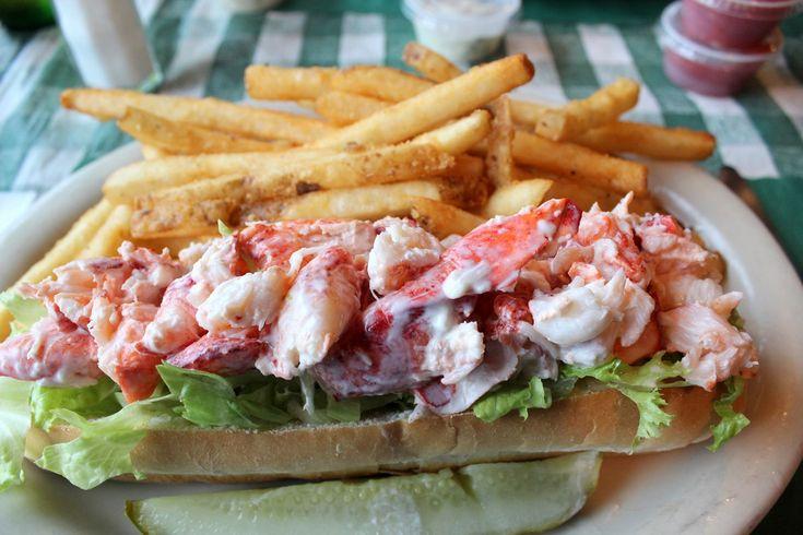 Il lobster roll, o panino all'astice, è una ricetta statunitense a base di insalata di astice, utilizzata per farcire due morbidi panini tostati nel burro.