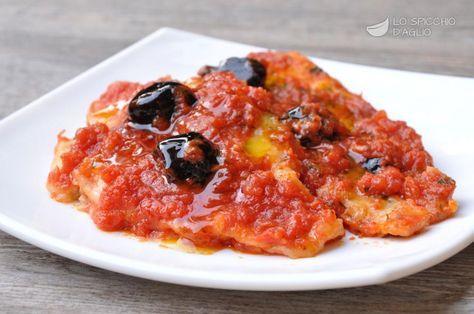 I filetti di platessa alla sorrentina sono gustosi filetti di platessa cucinati brevemente in padella con una base di aglio e prezzemolo e con l'aggiunta di pomodoro e olive nere. I filetti sono ottimi anche tiepidi, quindi possono essere preparati con un po' di anticipo.
