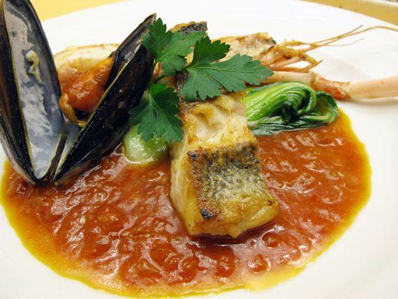 京橋・クロアチアレストラン「ドブロ Dobro」:ランチのメインディッシュ「シーフード盛り合わせ(手長エビとすずきとムール貝)」