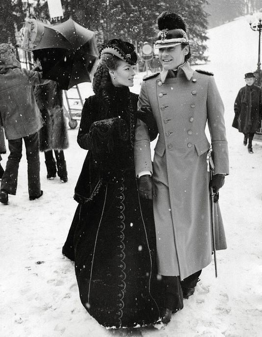 """Romy Schneider y Helmut Berger en el set de rodaje de """"Ludwig"""" (1972) de Luchino Visconti. Diseño de vestuario: Piero Tosi"""
