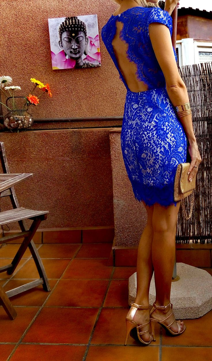 Escote detrás vestido encaje azul