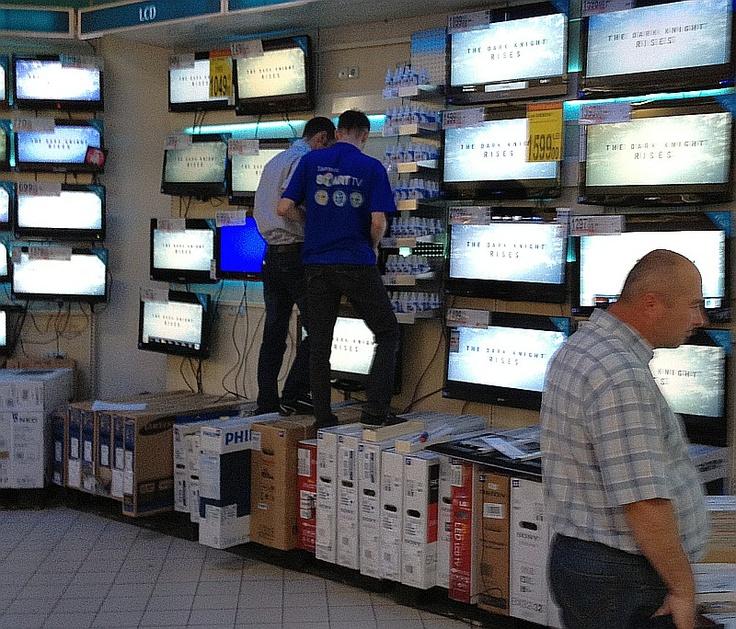 Ca-n filmele cu proști: Carrefour testează rezistența LCD-urilor în fața clienților