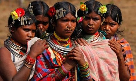 Fra solo til stamme   Vi bevæger os fra at leve alene i hvert vores hus  til at samle os i stammer eller tribes. Der bygges byer og kollektiver på baggrund af værdier og etik, fremfor lokation og landegrænser. Vi samler os i små globale landsbyer og bygger selv alt op fra værdier - undervisning, økonomi, madlavning, pleje. Med hver vores base, men med fælles værdigrundlag og fællesskab omkring de centrale dele.