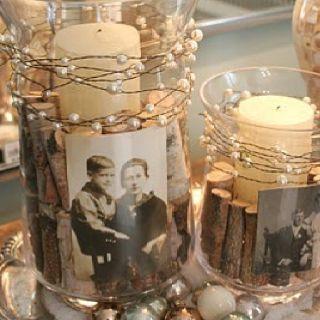 Plaats mooie foto's in versierde vazen met kaarsen | Meer inspiratie en ideeën voor een persoonlijke invulling van de uitvaart vind je op http://www.rememberme.nl/