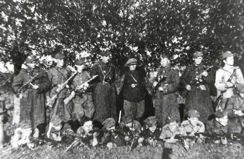 """Czerwiec 1945. Oddział ppor. Mieczysława Szczerbatki """"Sępa""""."""