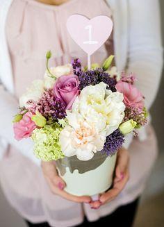 Faça você mesmo: arranjo de flores em baldes de alumínio   http://www.blogdocasamento.com.br/noivado-nova-estrutura/decoracao-para-noivado/arranjo-de-flores-em-baldes-de-aluminio/