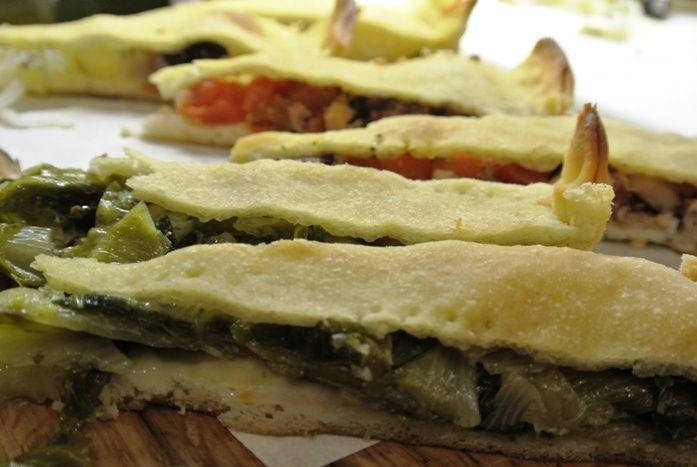 tiella di Gaeta con scarola, polpi e pomodorini, cipolle e olive di Gaeta