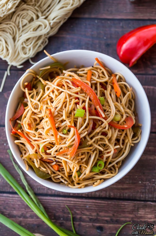 Vegetable Hakka Noodles with onion, carrots and bell pepper. Spicy and delicious! Find the recipe on www.cookwithmanali.com