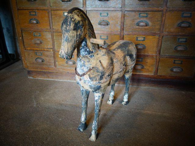 старинная игрушечная лошадка из дерева