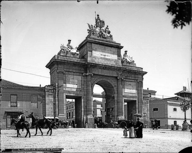 Puerta de Toledo, finales Siglo XIX. Mariano Moreno García (Miraflores de la Sierra, 1865-Madrid, 1925) Archivo Moreno. Fototeca del Patrimonio Histórico. Ministerio de Cultura.