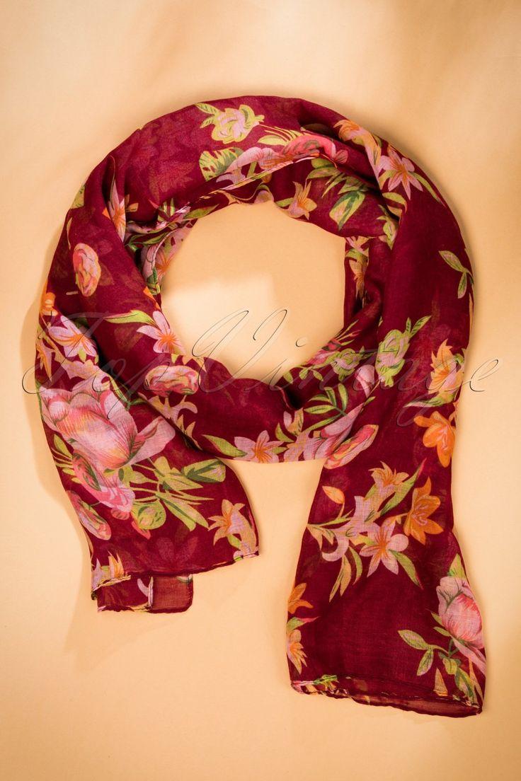 Deze60s It Is All About Flowers Scarf houdt jou warm tijdens de koudere dagen... in stijl natuurlijk ;-)Zijn het de warme herfstkleuren of het prachtige bloemenprintje die ons verliefd laten worden? Een dingen weten we zeker; wanneer je deze beauty draagt tijdens de lange herfstwandelingen met je grote liefde zal hij zijn ogen niet van je af kunnen houden! Uitgevoerd in een zacht, semi-doorschijnend bordeauxrood stofje dat heerlijk draagt. Sla haar om je nek, draag haar losjes over je ...