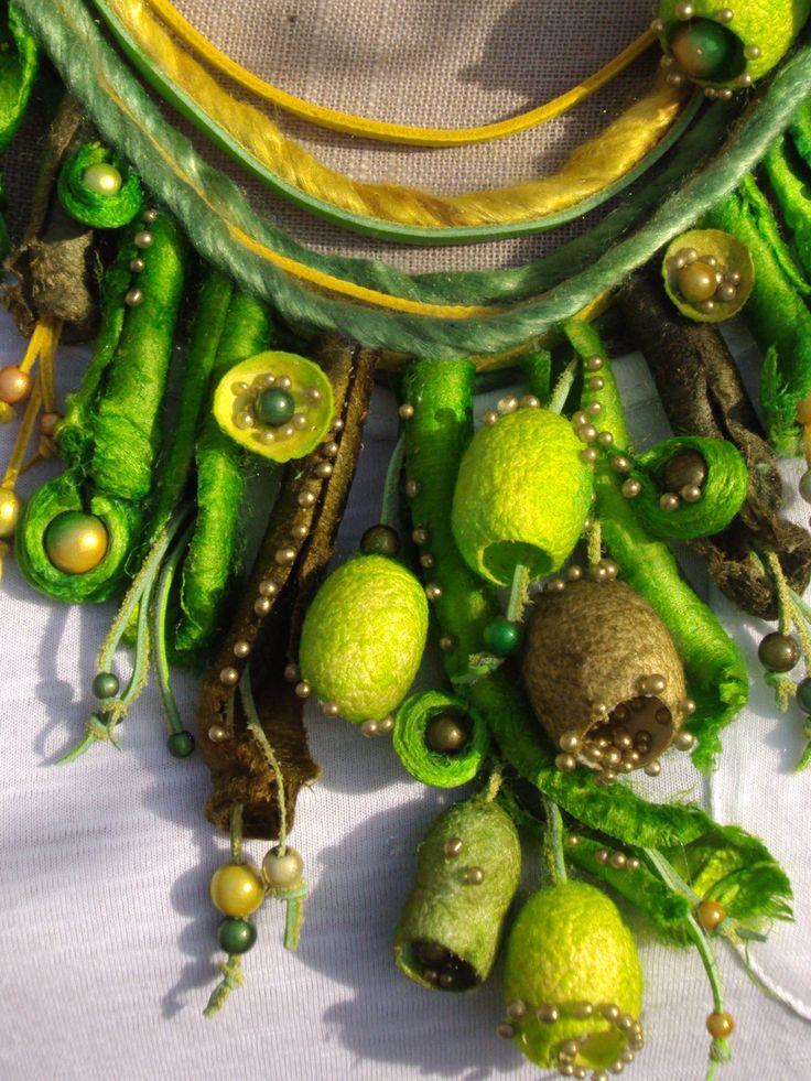 VENDU - Collier cuir, soie et perles magiques - Camaïeu de vert, vert olive…