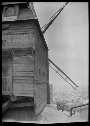 Le moulin de la galette, 1 rue Girardon - 1946 - © Ministère de la Culture - Médiathèque du Patrimoine, Dist. RMN-Grand Palais - Photo de René-Jacques (dit), René Giton