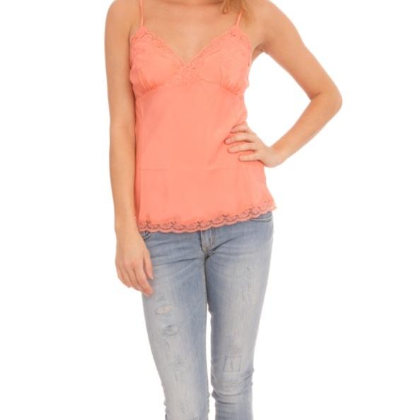 Prachtige kleur top voor onder een off shoulder trui