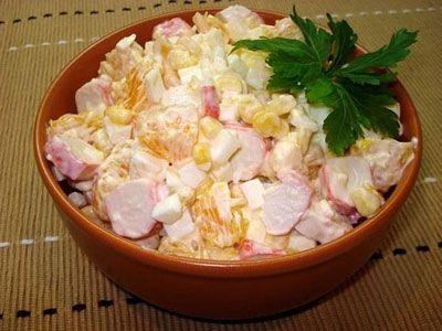 Салат крабовый с апельсинами может приносить удовольствие в любое время. Он прекрасно смотрится как на повседневном, так и на праздничном столе, дополняя его своей яркостью, а также аппетитным, душистым ароматом. Такое божественное кушанье оценят гурманы, предпочитающие кисло-сладкие блюда с некой изюминкой!