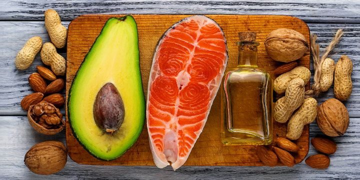 Grassi e dieta: quali scegliere e quanti assumerne? Consigli su come raggiungere livelli ottimali di acidi grassi esseniziali nella dieta. Quali grassi prediligere nella dieta e quali grassi sono da evitare, il fabbisogno e i livelli di assunzione con la dieta. #grassi #dieta #salute