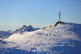 Gipfelkreuz des Baumgartgeiers im Abendlicht. Dahinter der östliche und westliche Salzachgeier. Wald, Königsleiten, Salzburgerland, Kitzbüheler Alpen, www.alpindis.at