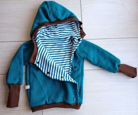 Genau das Richtige für die derzeit kühleren Temperaturen am Morgen und Abend. Eine weiche und kuschelige Jacke aus Sweat und Jersey mit asym...