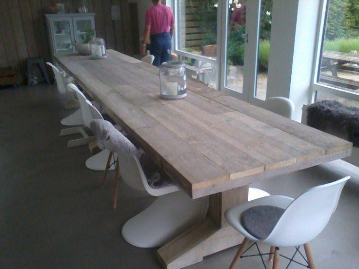 Design tafel van steigerhout. De tafel is bijna 5 meter lang en heeft 3 tafelpoten. Op instagram vind je een reactie, zoek op #harriemade