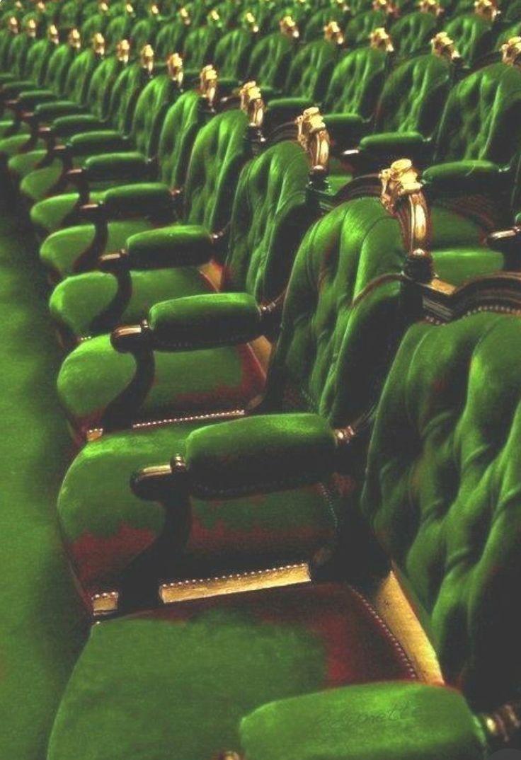 Salle de spectacle aux sièges de velours vert . – Kathleen