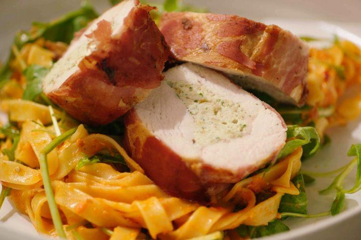 Een sappig stukje gevulde kip smaakt altijd. Jeroen serveert het metkrokante pancetta en zuiderse pasta.De kippakketjes zien er indrukwekkend uit, maar echt iedereen kan ze maken!