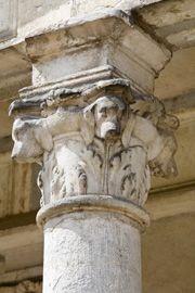 Fontainebleau, architecte Renaissance: Détail de le cour Ovale -  Attenante à l'appartement du Roi dont la chambre est située au I° étage du donjon, l'aile de la galerie est un espace privé réparti sur 2 niveaux. Au I° étage, la galerie est un lieu réservé à la déambulation du souverain. Elle était alors éclairée en lumière traversante puisque ses fenêtres prenaient à la fois jour au S sur le cour de la Fontaine et regardaient au N du côté du jardin de la Reine