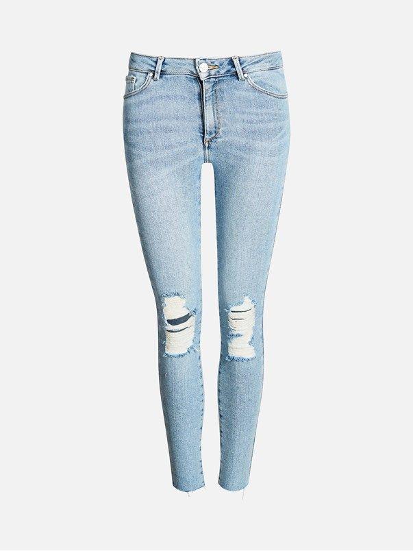 Et par super flex jeans med høy midje og ankellengde. Hull ved knærne. Tettsittende passform. Avklippet kant nederst. Never Denim. Blå