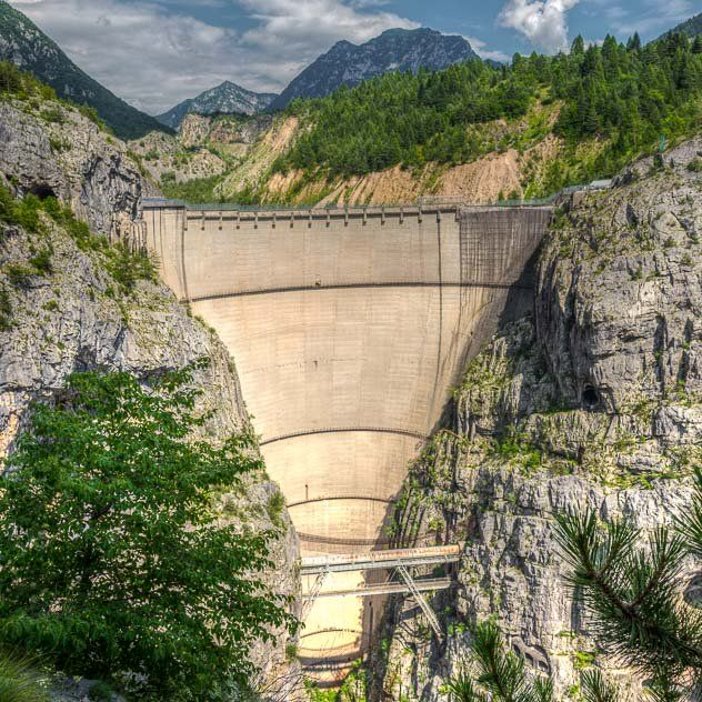 Come visitare la diga del #Vajont: dove si trova e come arrivare alla diga famosa per il disastro di Longarone e rivivere un capitolo buio della storia italiana. #digadelvajont #longarone #friuliveneziagiulia #disastrodelvajont #turismo #storia #viaggi