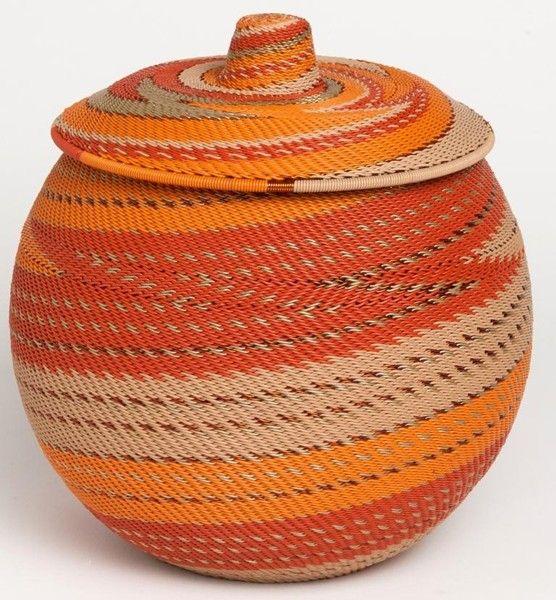 """Panier """"Khamba""""<br>Dimensions: Ø 18 cm – h 23 cm Disponible en 35 combinaisons de couleurs (modèle présenté: Terracotta)"""