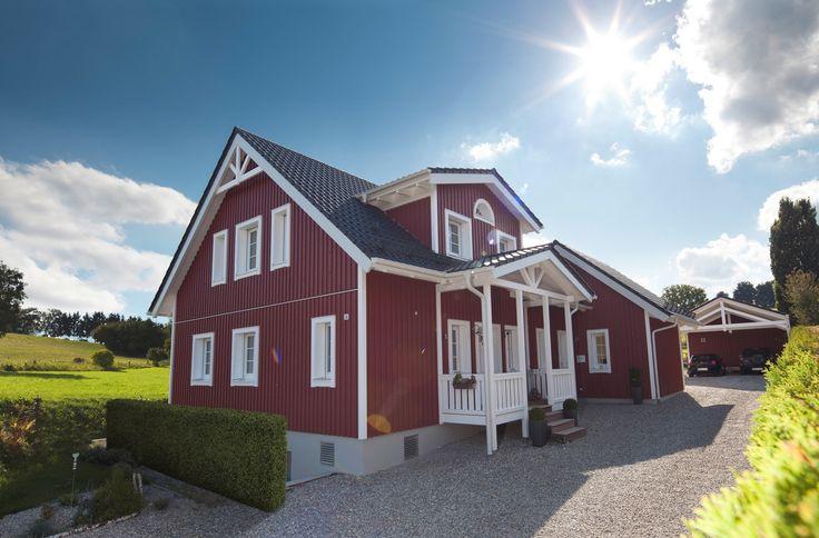 Das Haus Verfügt Dabei Stilecht über Eine Kleine Eingangsveranda, Sichtbare  Dachstühle, Eine Wunderschöne, Gewendelte Massivholztreppe Und Natürlich ...