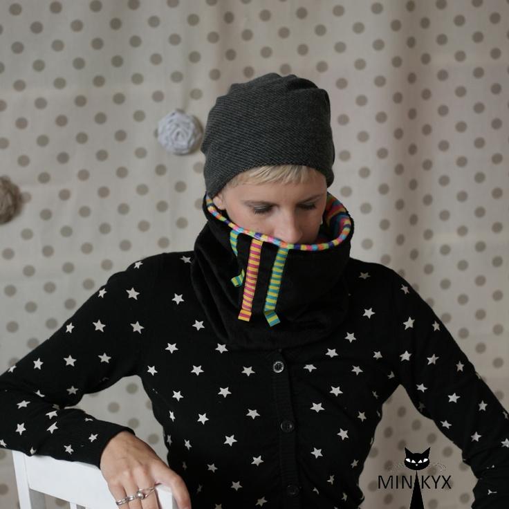 NÁKRČNÍ-KYX black/stripes S našimi nákrčníky vám sychravo, zima, studený vítr, ani vstávání za tmy náladu nezkazí. Vždy se budete těšit na ten okamžik, kdy si svůj nákrčník promnete v rukách a poté dopřejete hebkost Minky i svému krčku. NÁKRČNÍ-KYX black stripes je vyhotoven z hladkého Minky s pružky - barvy: růžová, oranžová, tyrkysová, fialová, ...