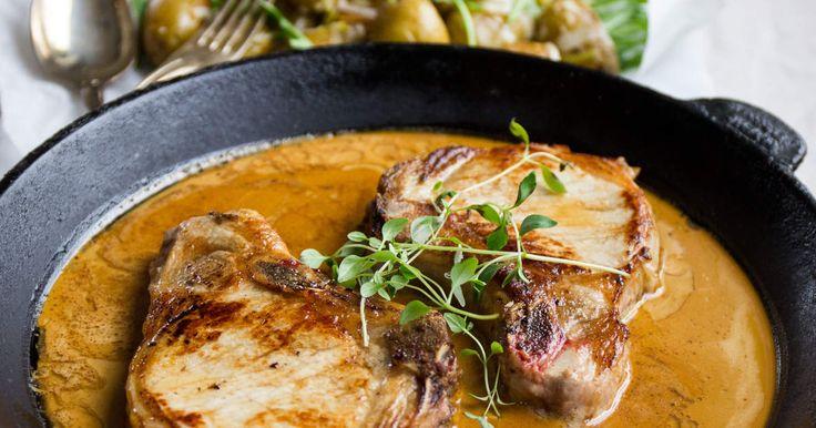 Saftiga fläskfiléer i gräddig senapssås. Serveras med en ljuvlig, citrondoftande, varm potatissallad. Enkelt och gott!