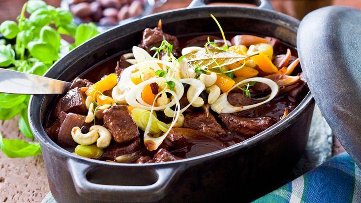 Laga en mustig och värmande köttgryta till middag! Den här vildsvinsgrytan får härlig smak av rödvin, vitlök och timjan!