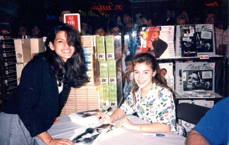 A 15 year old Eva Mendes getting an autograph from a 17 year old Alyssa Milano