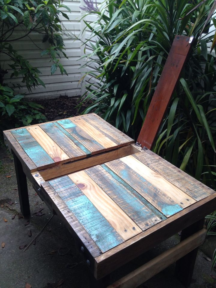 Recycled DIY outdoor pallet table with hinged compartment in the middle…