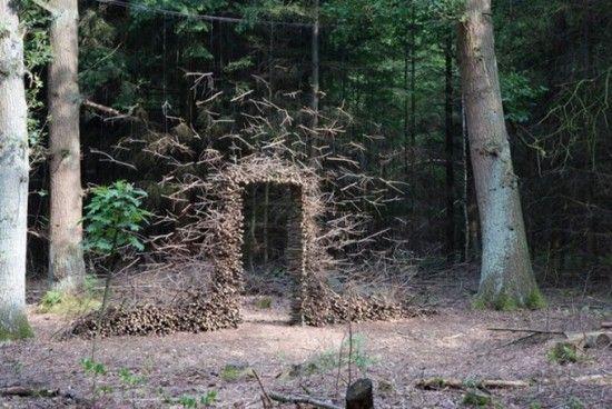 Travail de Cornelia Konrads qui s'amuse avec les constructions de l'Homme et les environnements naturels.