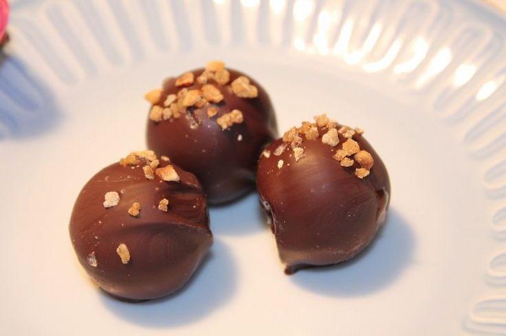 Hjemmelavede fyldte chokolader med karamel er noget af det lækreste konfekt til jul og nytår. Nedenfor finder du vores 3 bedste opskrifter.
