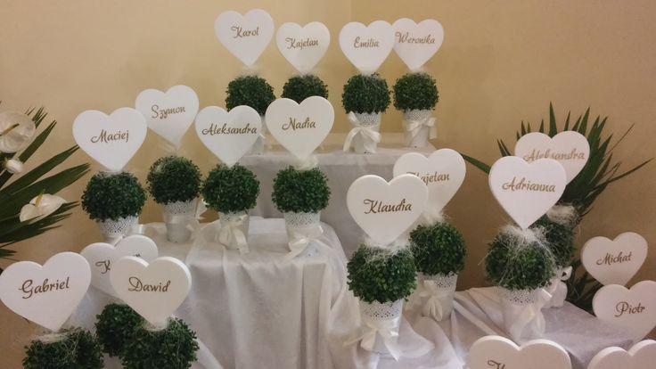 Serca styropianowe z imionami dzieci do dekoracji kościoła. Doskonała inspiracja na Pierwszą Komunię Świętą