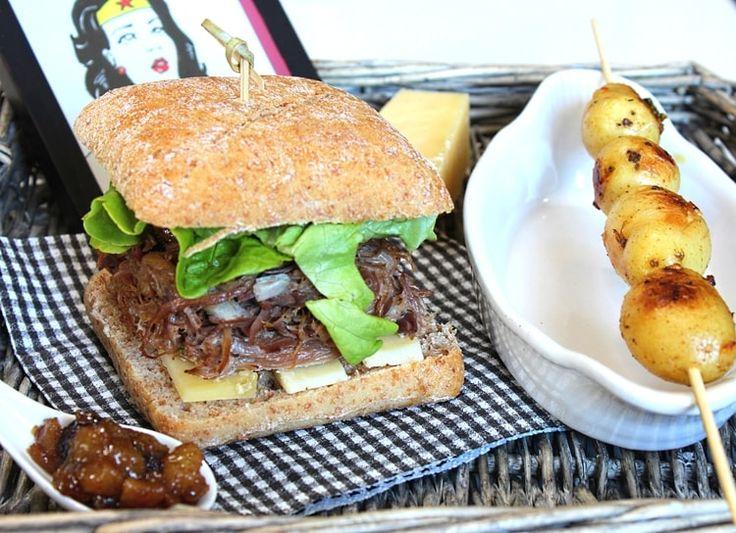 Burger au confit de canard, cantal, chutney de poires et brochette de pommes de terre grenaille