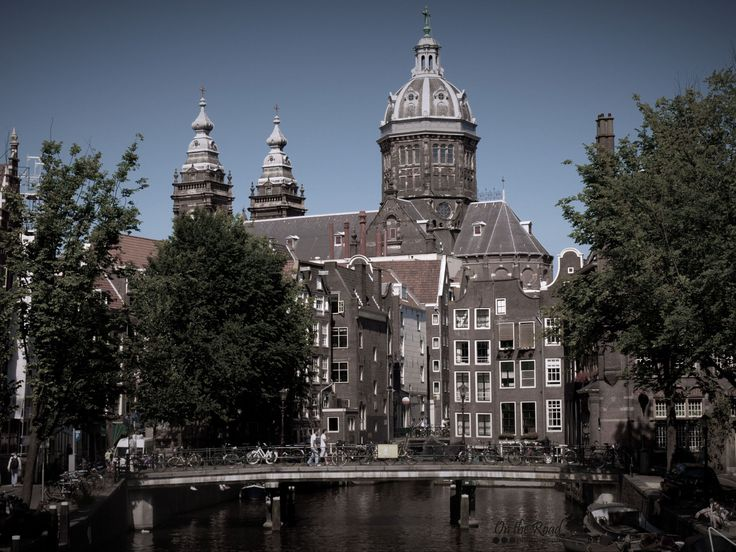Today we're catching a glimpse of the Basilica of St. Nicholas among the many buildings of the Old Center district in Amsterdam. I think this area is the most beautiful one in the city. The buildings are gorgeous, the alleys and canals are perfect for a stroll and the entire setting is very charming and… Dutch.