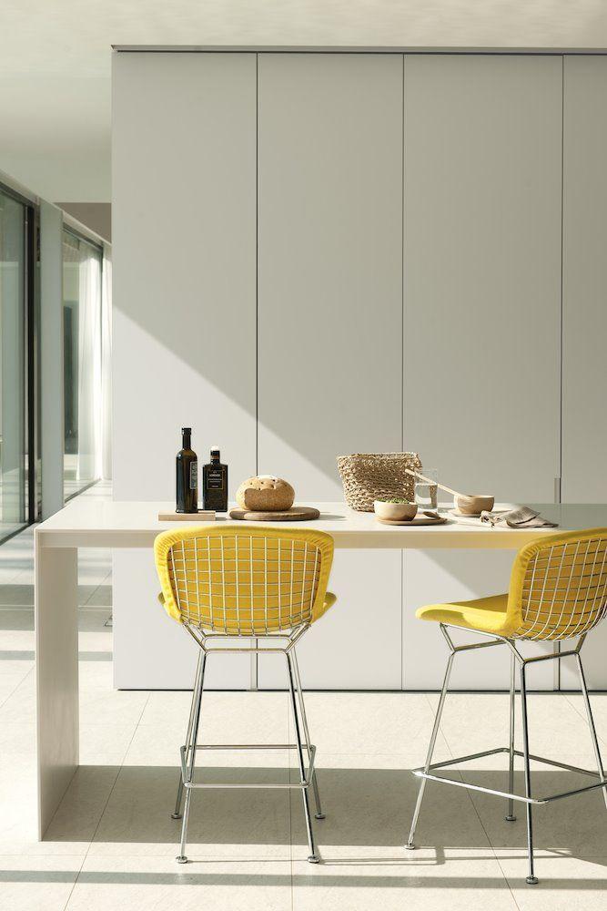 Ideas para combinar el color amarillo y gris que Pantone ha elegido para 2021 Interiores Design, Ceiling Lights, Chair, House, Furniture, Home Decor, Blog, Store, Color Coordination