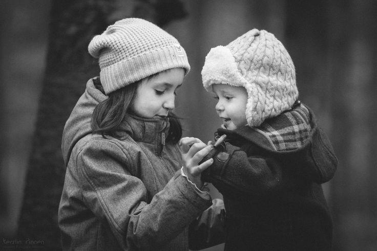 Kinderfotografie | Herbstliches GEschwister-Shooting im Wald | Schwarz-weiß | Retro (c) Kerstin Pinnen Fotografie