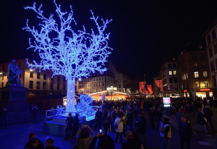 La gente visita el mercado de Navidad de Estrasburgo, uno de los más grandes mercados navideños franceses. AFP