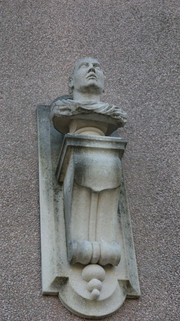 Konsole aus Stein - http://www.achillegrassi.com/de/project/modiglione-con-busto-in-pietra-bianca-di-vicenza/ - Konsole mit Büste aus weißem Stein von Vicenza Maße:  210cm x 50cm x 40cm