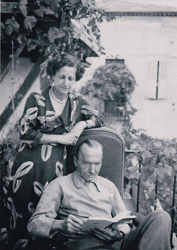 9. Ο Νίκος Καζαντζάκης με τη σύζυγό του Ελένη, στο σπίτι τους στην Αντίμπ. 1954.